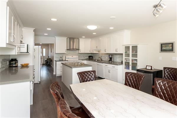 Breakfast Area / Kitchen