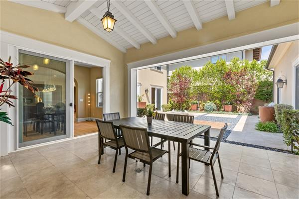 Courtyard & Outdoor Dining
