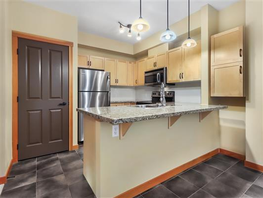 1-423-101-montane-road-canmore-kitchen-1