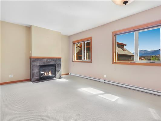 2-423-101-montane-road-canmore-living-2