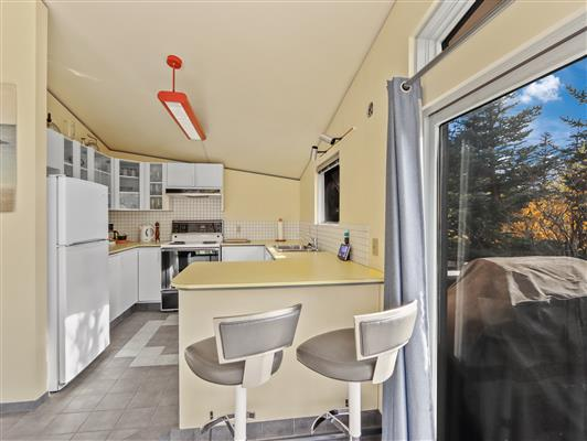 2-253-grizzly-cres-canmore-kitchen-1