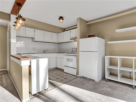 2-37-1119-railway-ave-canmore-kitchen-1